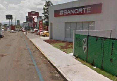 Empistolado roba 80 mp a mujer que estaba formada en sucursal de Banorte en Morelia