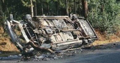 Delincuentes incendian autos y bloquean carretera, en el Oriente michoacano